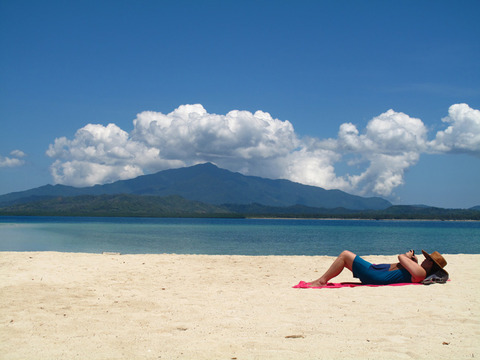 At Isla ng Puting Buhangin (Buhangin Island), Palawan (Photo by Jun Sepe)